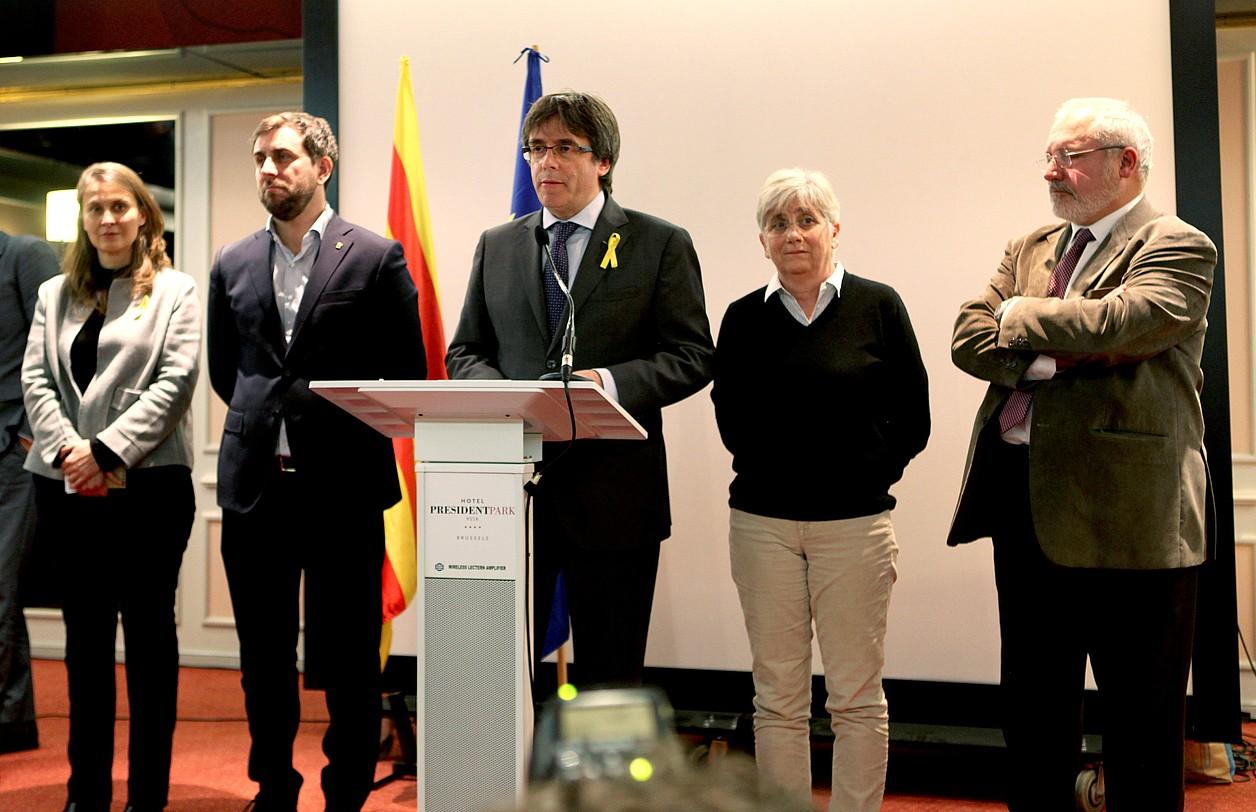 Meritxell Serret, Antoni Comin, Carles Puigdemont, Clara Ponsati eta Lluis Puig atzo, prentsaurrekoa egiten, Bruselan.