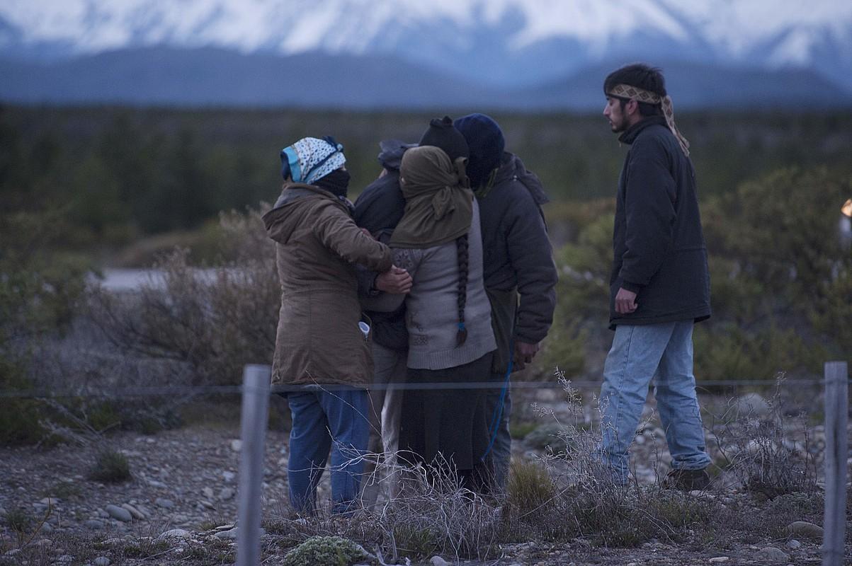 Lof Chushamen komunitateko maputxeak, Santiago Maldonadoren gorpua Chubut ibaian agertu zela jakin zutenean, urriaren 17an. ©ALEJANDRA BARTOLICHE / EFE