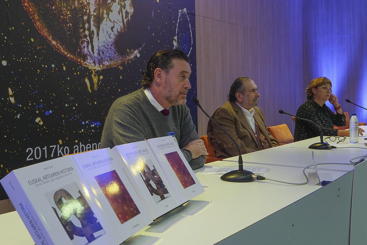 Miguel Zugaza Arte Ederren Museoko zuzendaria, Javier Viar ikerlariarekin eta Begoña Gonzalez liburutegi arduradunarekin batera. / ANDONI CANELLADA / ARGAZKI PRESS
