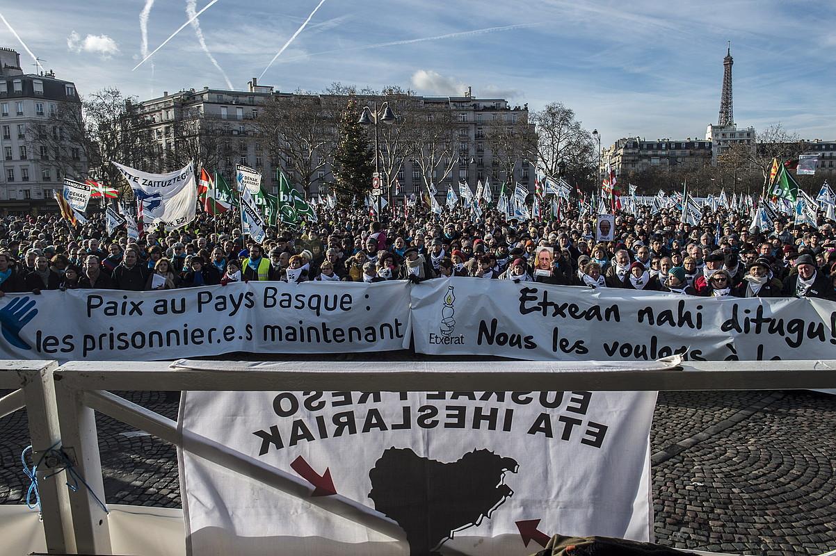 Manifestazioaren amaiera, atzo, Parisko Vauban plazan. ©MARISO RAMIREZ / ARGAZKI PRESS