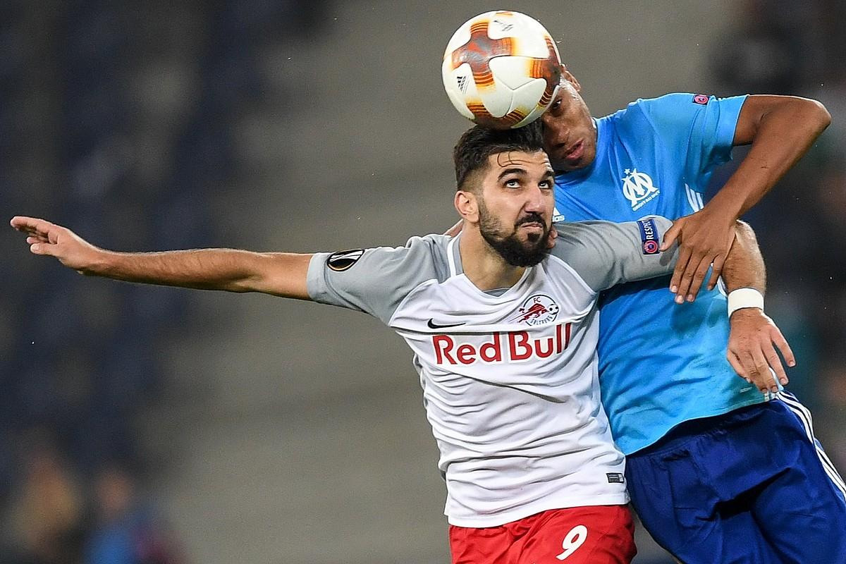 Goian, Spartak Moskuko jokalariak, gol bat ospatzen; behean, berriz, Dabbur Salzburgoko izarra, lehian. ©Y. K. ETA A. S. / EFE