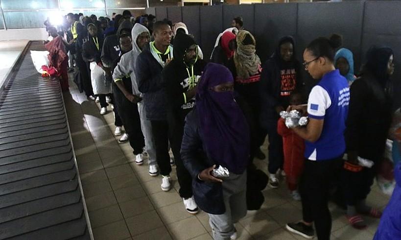 Libiatik Boli Kostara itzuli diren migratzaileak, azaroan, Abidjango aireportuan. ©LEGNAN KOULA / EFE