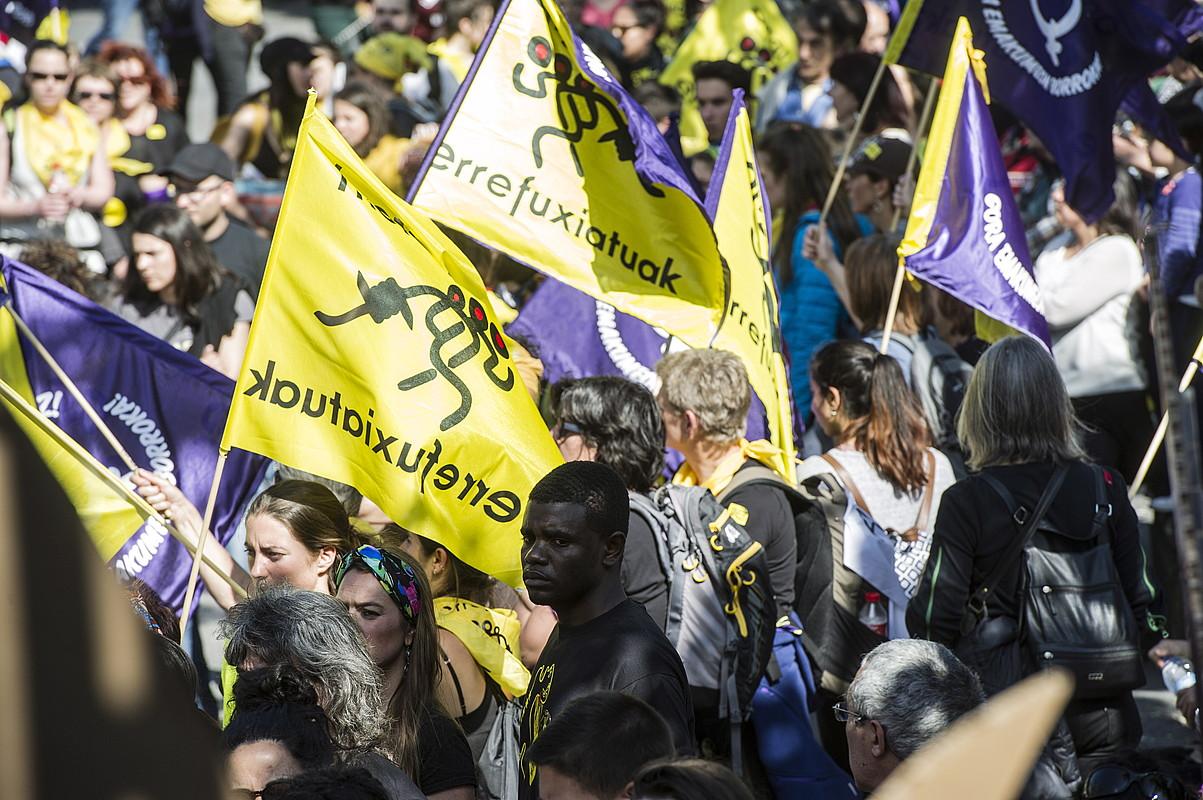 Banderola feministak, udaberrian Gernika-Lumon errefuxiatuen alde egindako martxan.