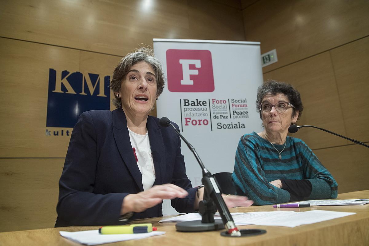 Nekane Altzelai eta Teresa Toda Foro Sozial Iraunkorreko kideak, atzo, Donostian. ©JON URBE / ARGAZKI PRESS
