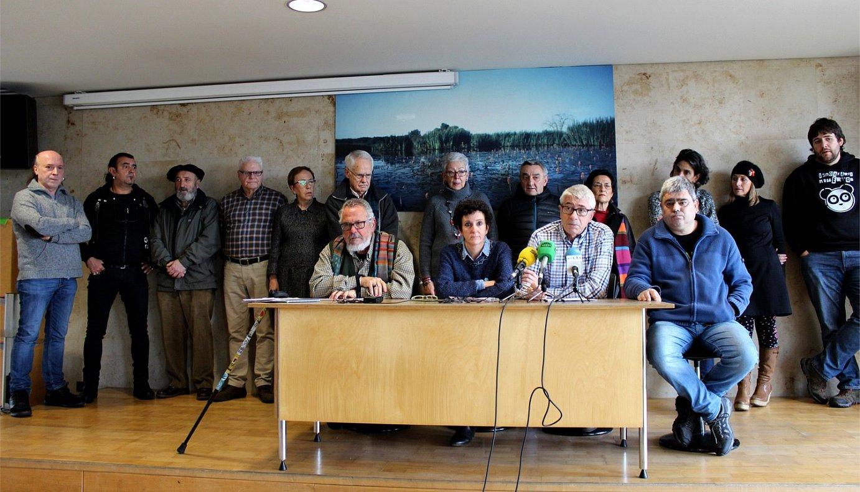 Manifestua sinatu duten hainbat gasteiztar, atzo, agerraldian. ©BERRIA