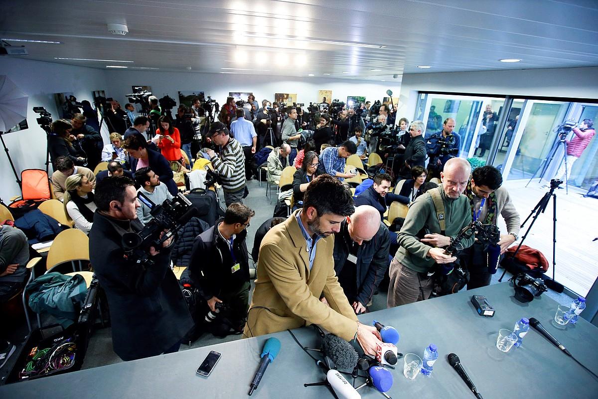 Hamaika kazetari, Carles Puigdemontek joan den urriaren 31n Bruselan egindako prentsaurrekoa hasi baino lehen. ©OLIVIER HOSLET / EFE