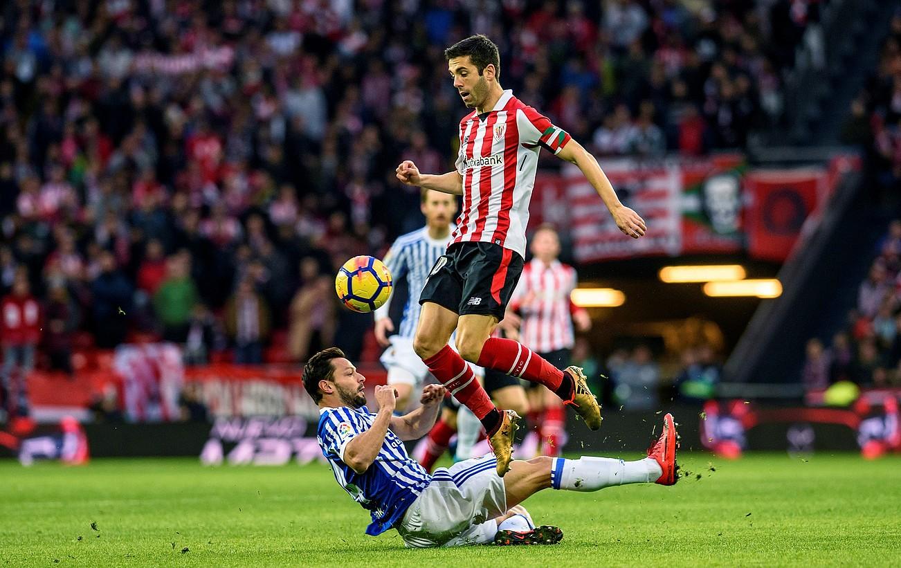 Alberto de la Bella, Markel Susaetari baloia kendu nahian, atzo, Athleticek eta Realak San Mamesen jokatutako derbiko jokaldi batean.