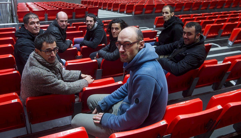 Gaur kantatuko duten zortzi bertsolariak, asteartean , Barakaldoko (Bizkaia) BECen bertan egindako finalaren aurkezpenean. ©LUIS JAUREGIALTZO / ARGAZKI PRESS