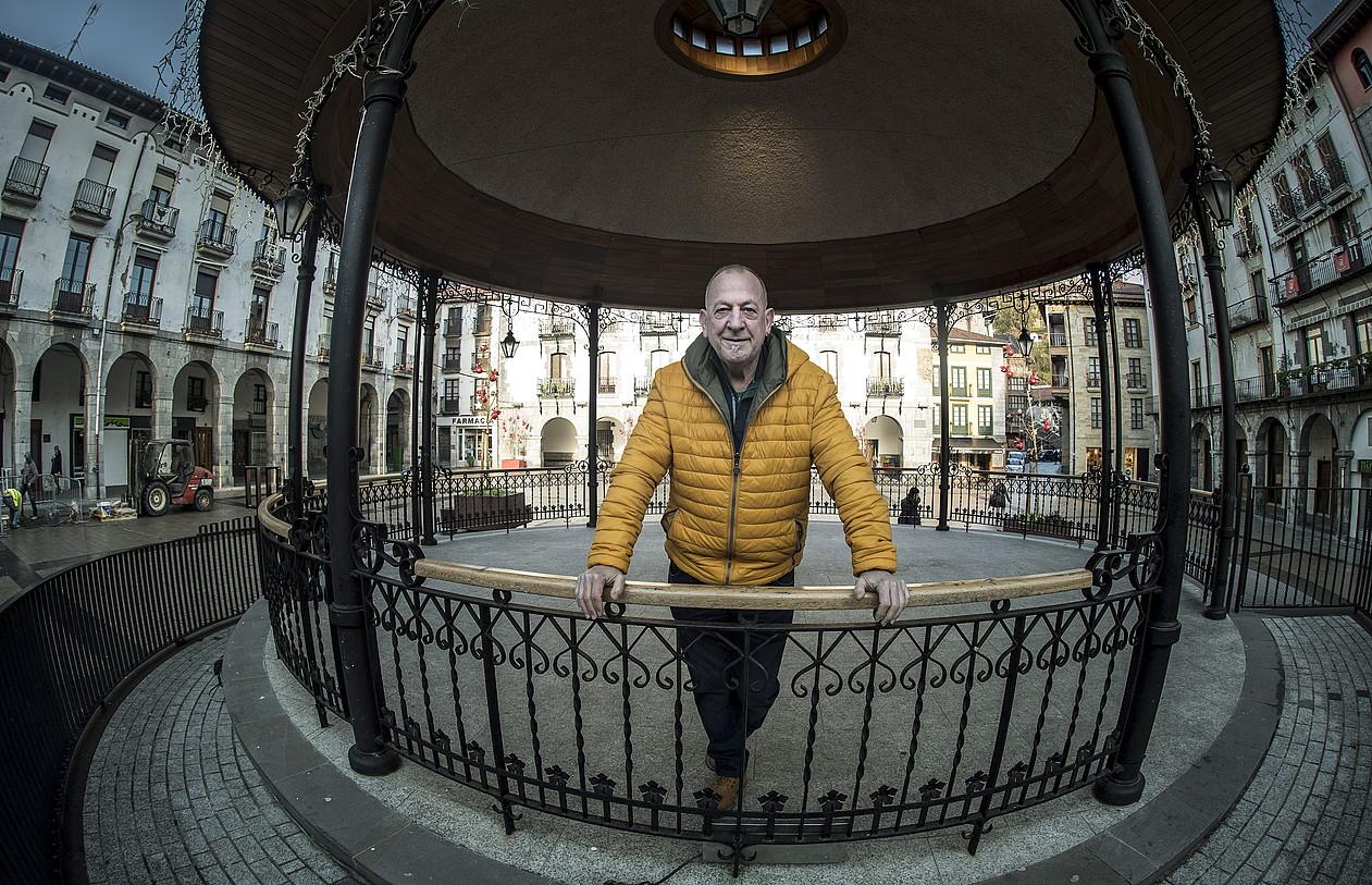 Sebastian Lizaso bertsolaria, Azpeitiko (Gipuzkoa) plaza nagusian. Hark jantziko dio gaur txapela Euskal Herriko txapeldunari. ©JON URBE / ARGAZKI PRESS