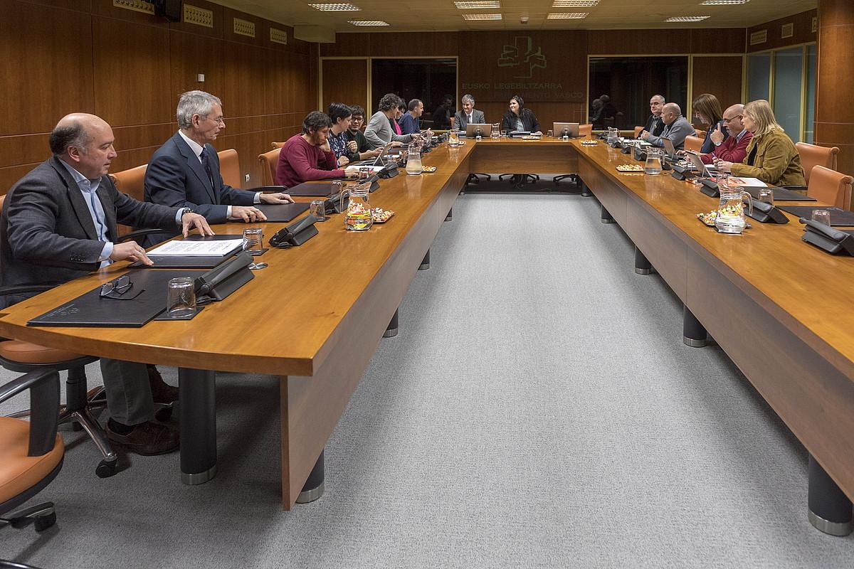 Eusko Legebiltzarreko autogobernu lantaldeak bilera egin zuen atzo goizean. Otsailean batzartuko da berriro. ©JUANAN RUIZ / ARGAZKI PRESS