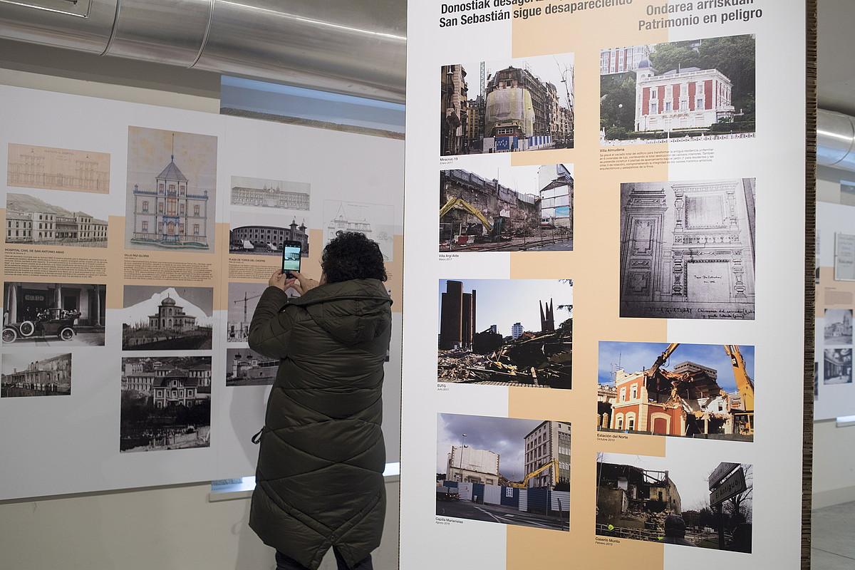 <em>Galdu genuen hiria</em> erakusketako irudietako batzuk, Donostiako Santa Teresa komentuan. ©JUAN CARLOS RUIZ / ARGAZKI PRESS