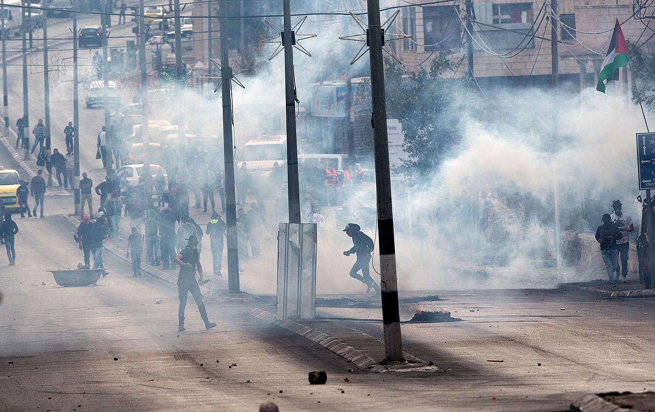 Palestinarrak Israelgo polizien aurrean protestan, atzo, Belenen.
