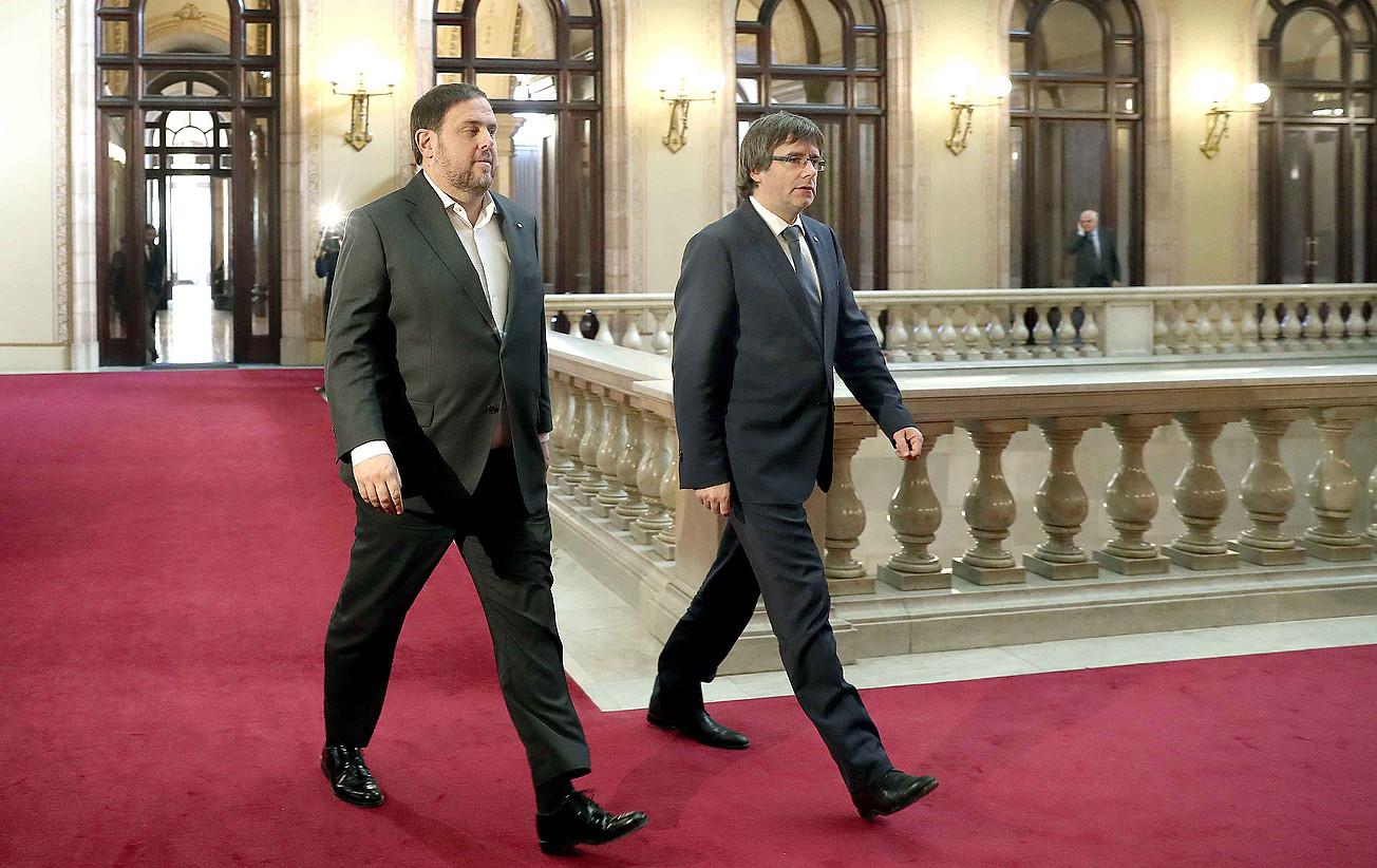 Oriol Junqueras eta Carles Puigdemont, iazko abenduan, Kataluniako Parlamentuan. Preso dago egun ERCko burua, eta erbestean JPCko zerrendaburua. ©ANDREU DALMAU / EFE