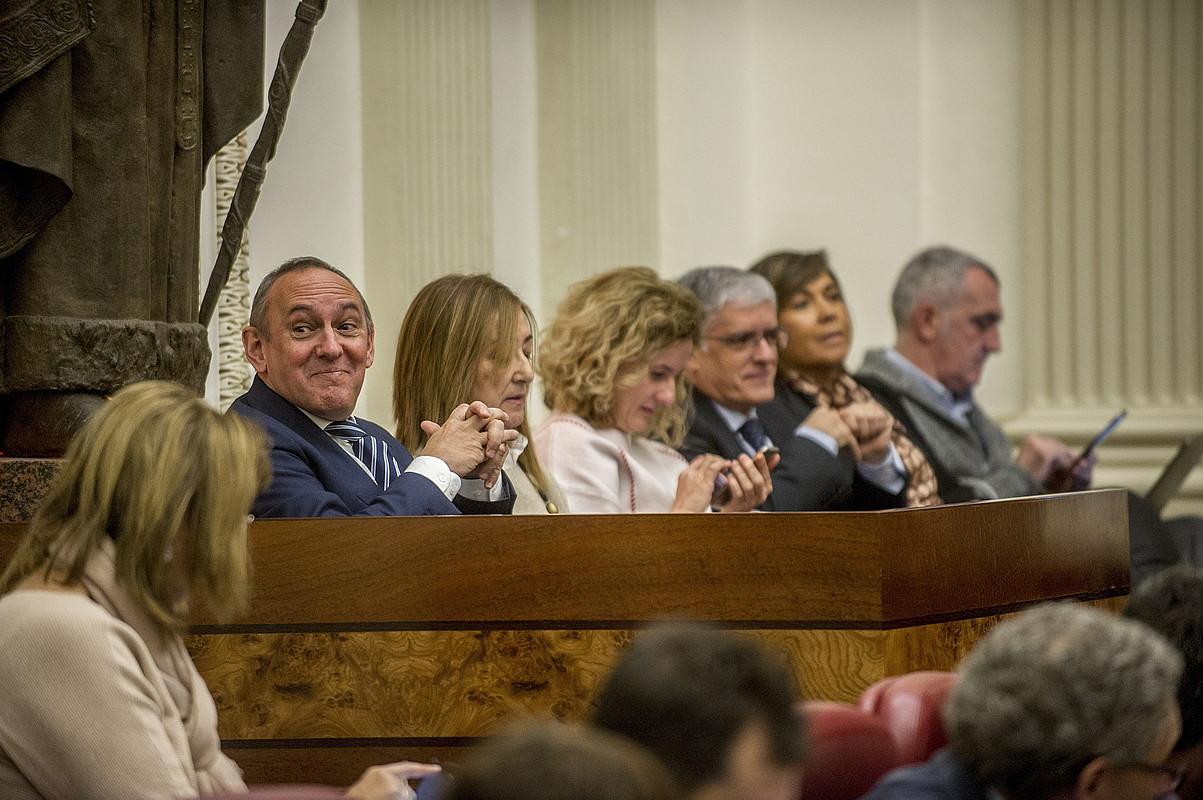 Ezkerrean, Ramiro Gonzalez Arabako ahaldun nagusia, atzoko saioan. ©J.F. / ARP.