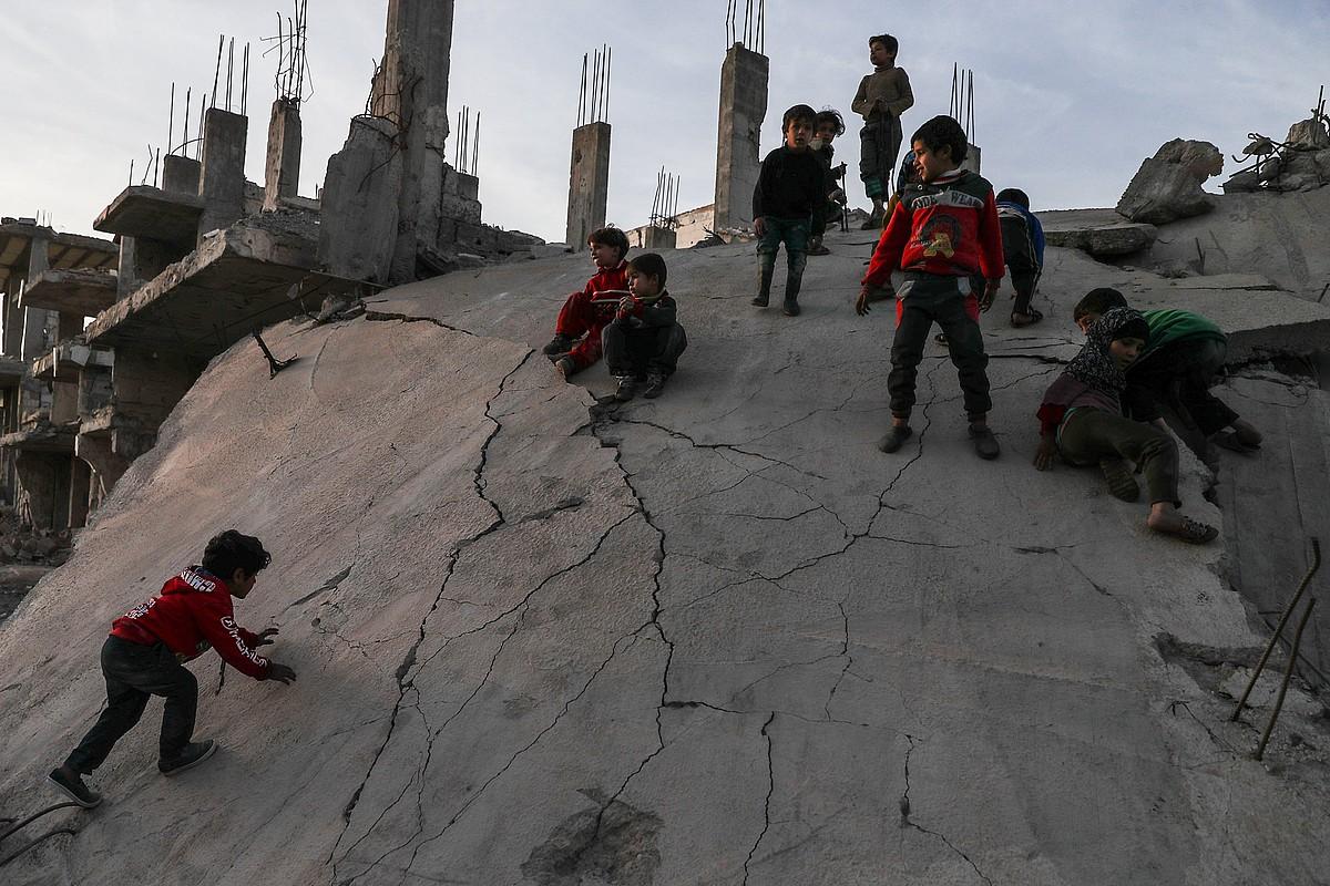 Ume batzuk, gerrak hondatutako etxebizitzen artean, Siriako Al-Nashabiehen. ©MOHAMMED BADRA / EFE