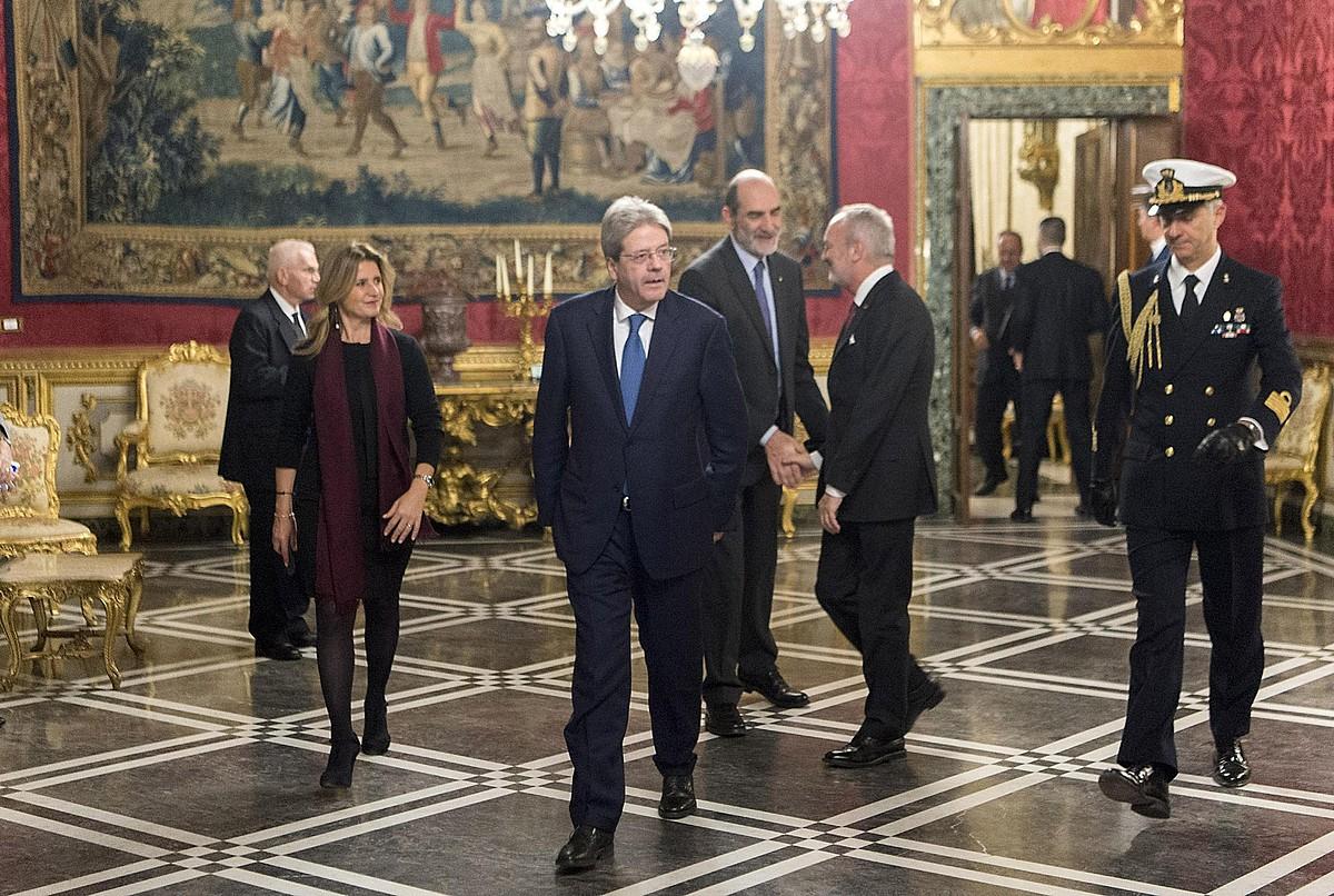 Paolo Gentiloni lehen ministroa —erdian—, Sergio Mattarela presidentearekin bilera egin aurretik, atzo. ©EFE