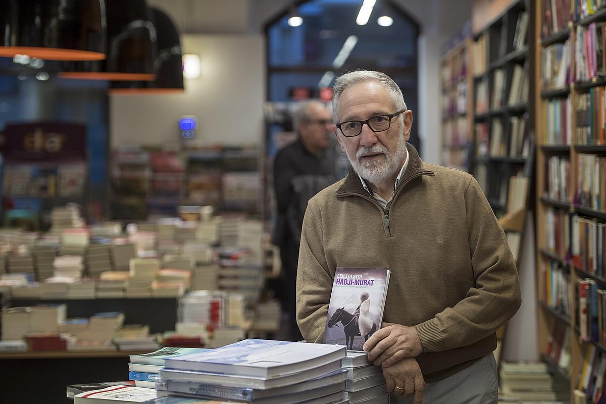 Josu Zabaleta itzultzailea, <em>Hadji Murat</em> nobelaren aurkezpenean, hilaren 14an, Donostian.