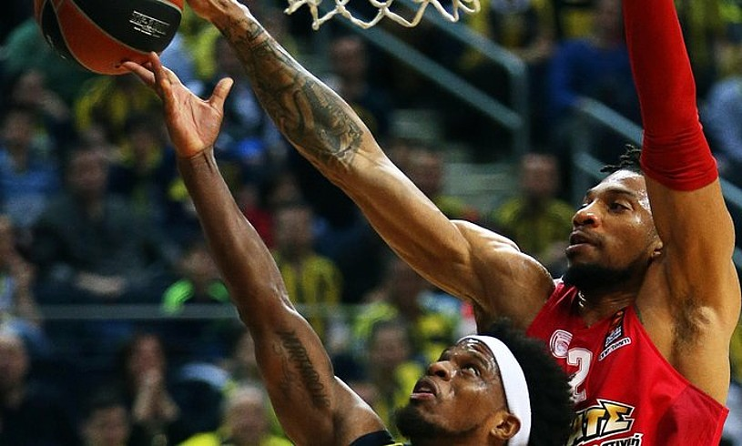 Ali Muhammedi txapela jartzen Khem Birch, Euroligako partidan. ©CEM TURKEL / EFE