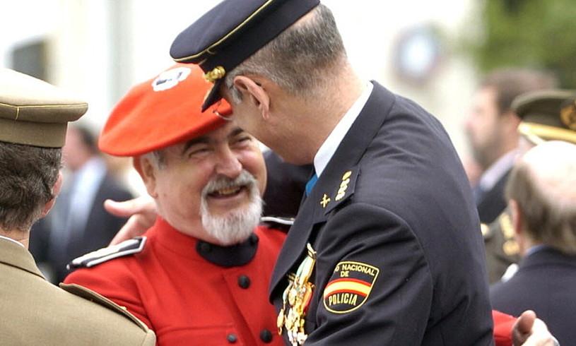 Ertzaintzaren arduradun Oteiza, Basaurin, Espainiako Polizia Nazionalaren 2004ko ospakizunean.
