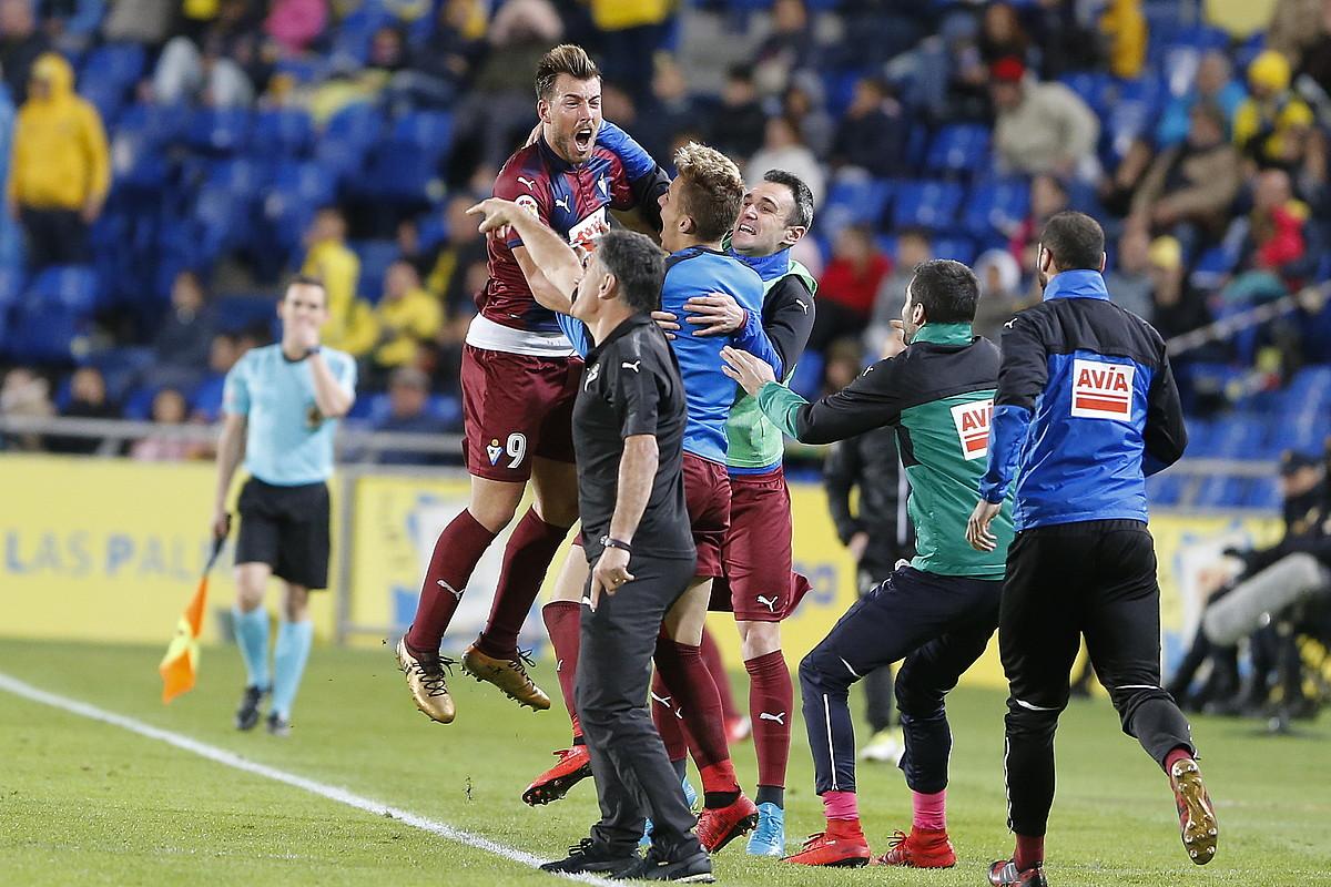 Sergi Enrich Eibarreko aurrelaria atzoko partidan sarturiko gola taldekideekin ospatzen. ©CURBELO / EFE