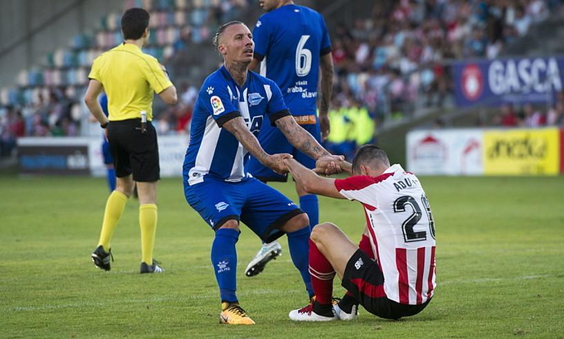 Alexis Alavesekoa Aduriz Athleticekoari lurretik altxatzen laguntzen, Euskal Herria Kopako finalean. ©MARISOL RAMIREZ / ARP