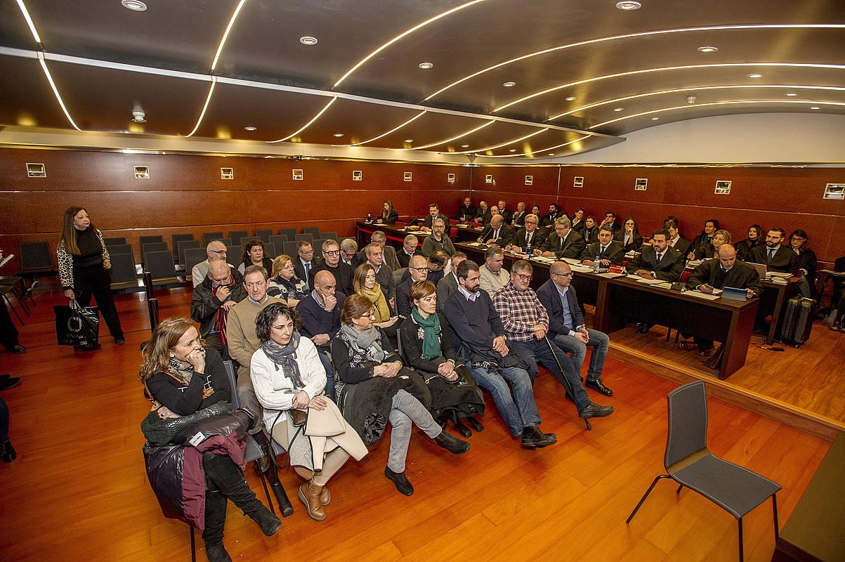 Hogeita sei auzipetuak, atzo, Arabako Probintzia Auzitegian abiatu den epaiketan. ©JAIZKI FONTANEDA / ARGAZKI PRESS