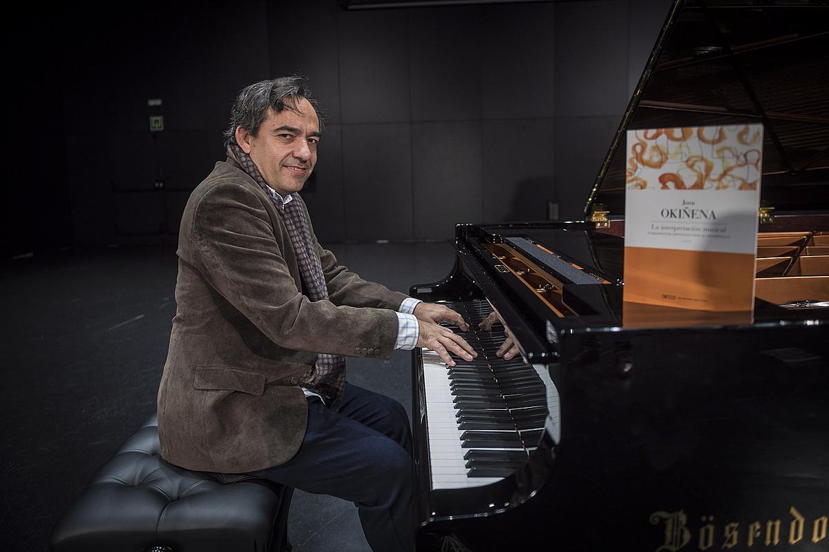 Josu Okiñena pianista, atzo, Musikeneko auditoriumean, Donostian. ©GORKA RUBIO / ARGAZKI PRESS