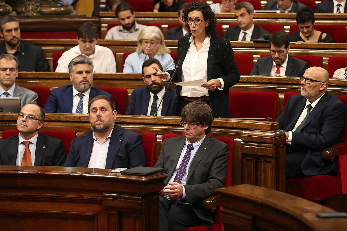 Rovira parlamentuan mintzatzen, joan den irailaren 7an, aurrean Junqueras eta Puigdemont dituela.