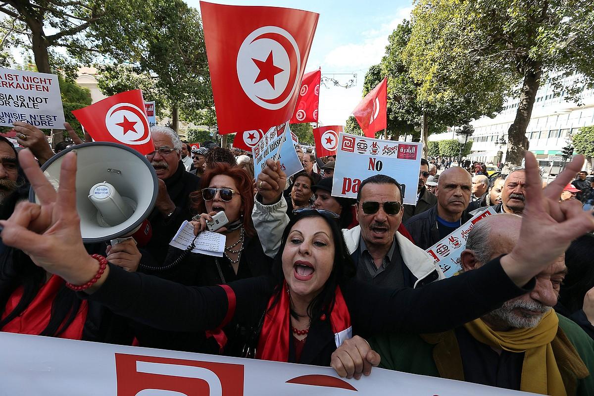 Tunisiako herritarrak protestan, Tunis hiriburuan, artxiboko irudi batean.