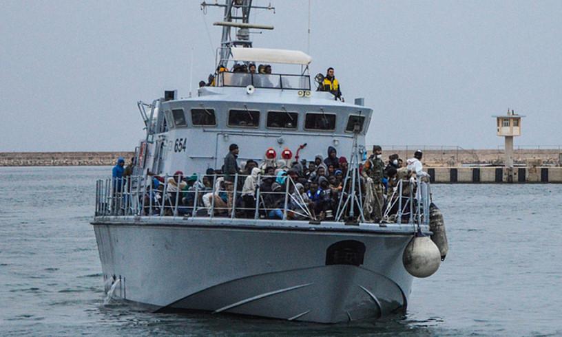 Erreskatatutako immigranteak Libiako kostara iristen, herenegun.