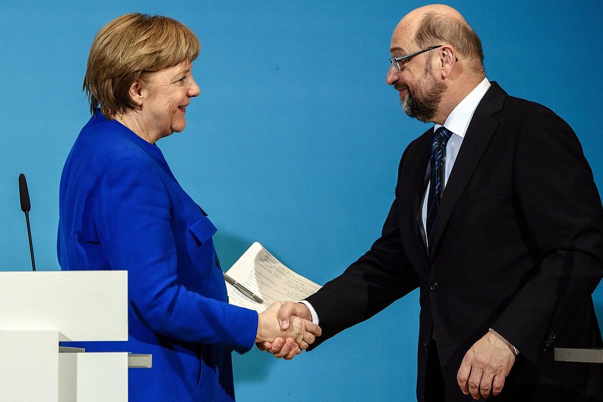 Angela Merkel eta Matin Schulz elkarri eskua ematen, atzo, Berlinen.