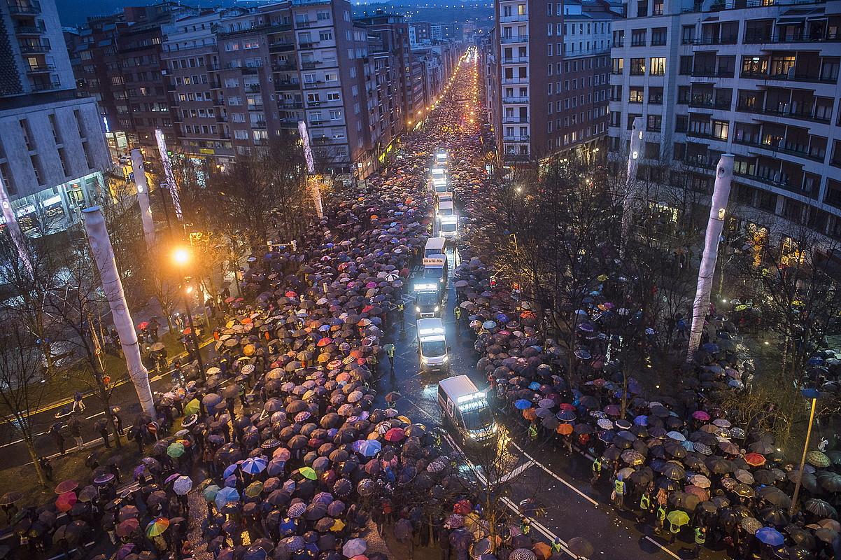 Manifestazioa, aurrean Mirentxin gidarien furgonetak dituela, Bilboko Autonomia kale osoa betetzen. / LUIS JAUREGIALTZO / ARGAZKI PRESS