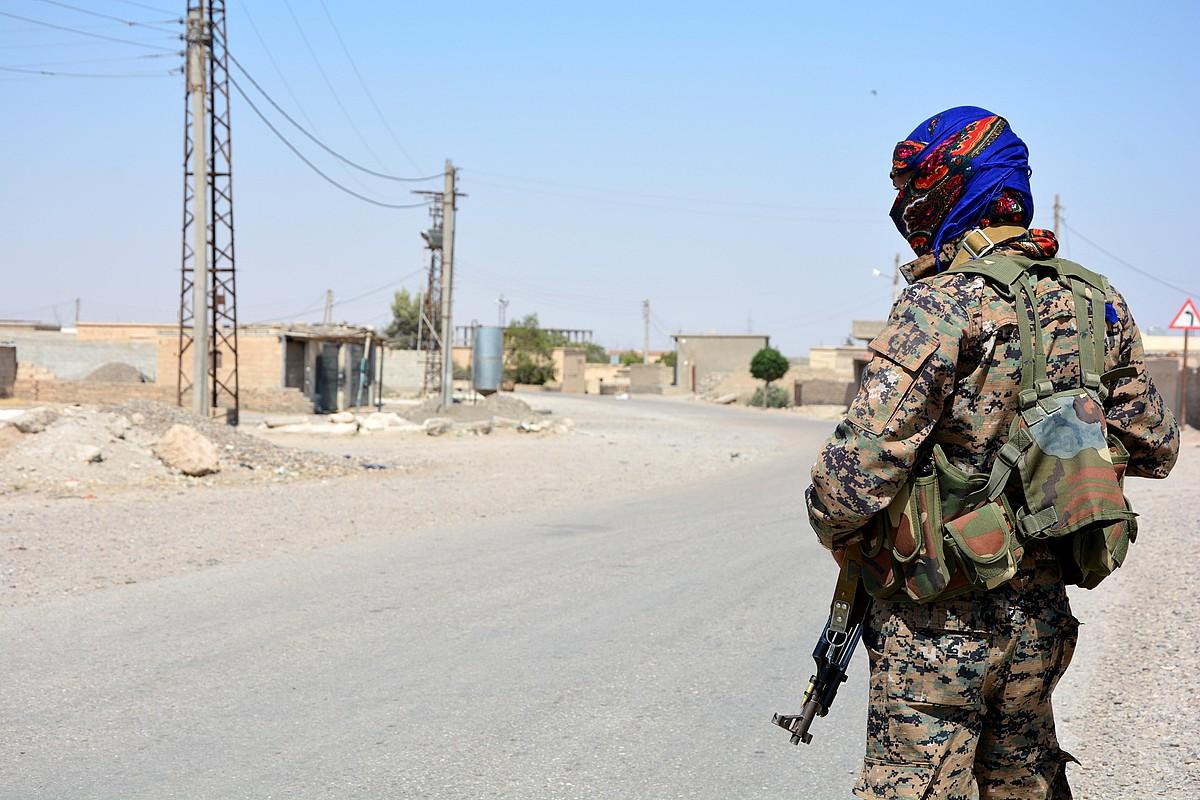 SDF Siriako Indar Demokratikoetako miliziano bat Raqqan, iazko ekainean.