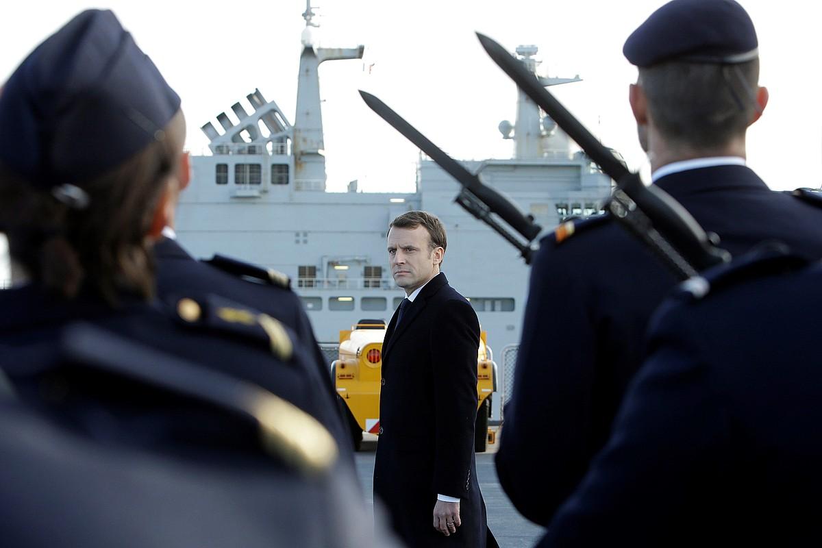 Emmanuel Macron, atzo, armadako ordezkariekin.