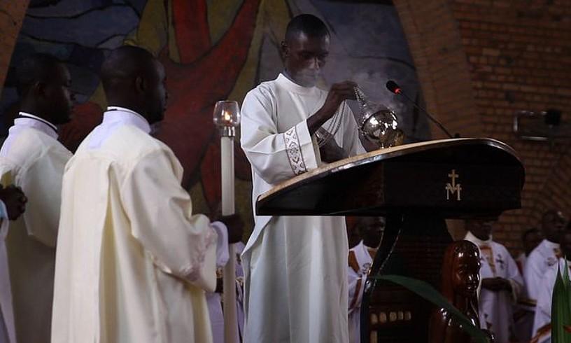 Abenduaren 31ko biktimak oroitzeko meza egin zuten Kinshasako Notre Dame katedralean, hilaren 4an. ©OSKAR EPELDE