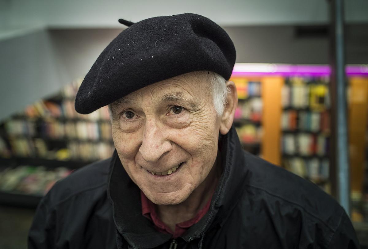 Joxe Azurmendi idazlea eta pentsalaria, atzo, Donostian, <em>Beltzak, juduak eta beste euskaldun batzuk</em> liburuaren aurkezpenean. &copy;JON URBE / ARGAZKI PRESS