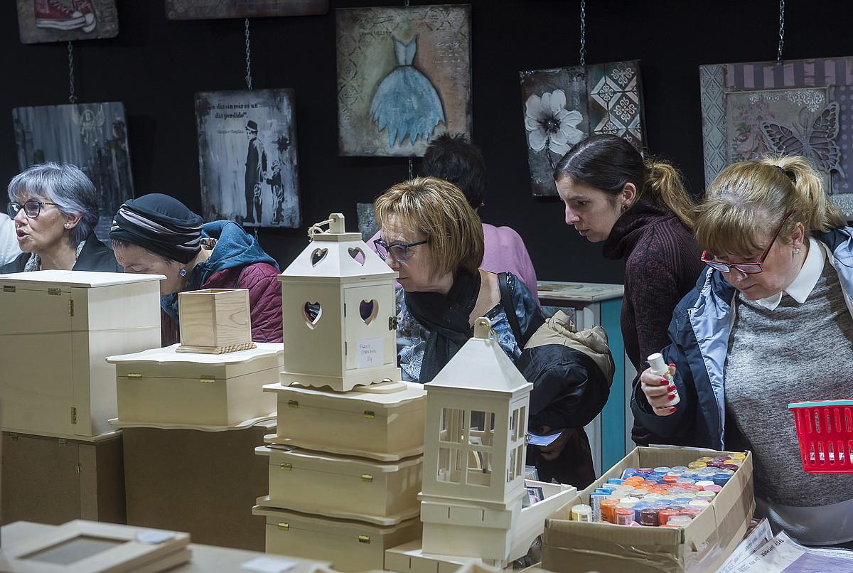 Eskulanak egin ahal izateko material ugari topatu ahal da Barakaldoko BEC erakustazokan bihar artean. ©LUIS JAUREGIALTZO / ARGAZKI PRESS