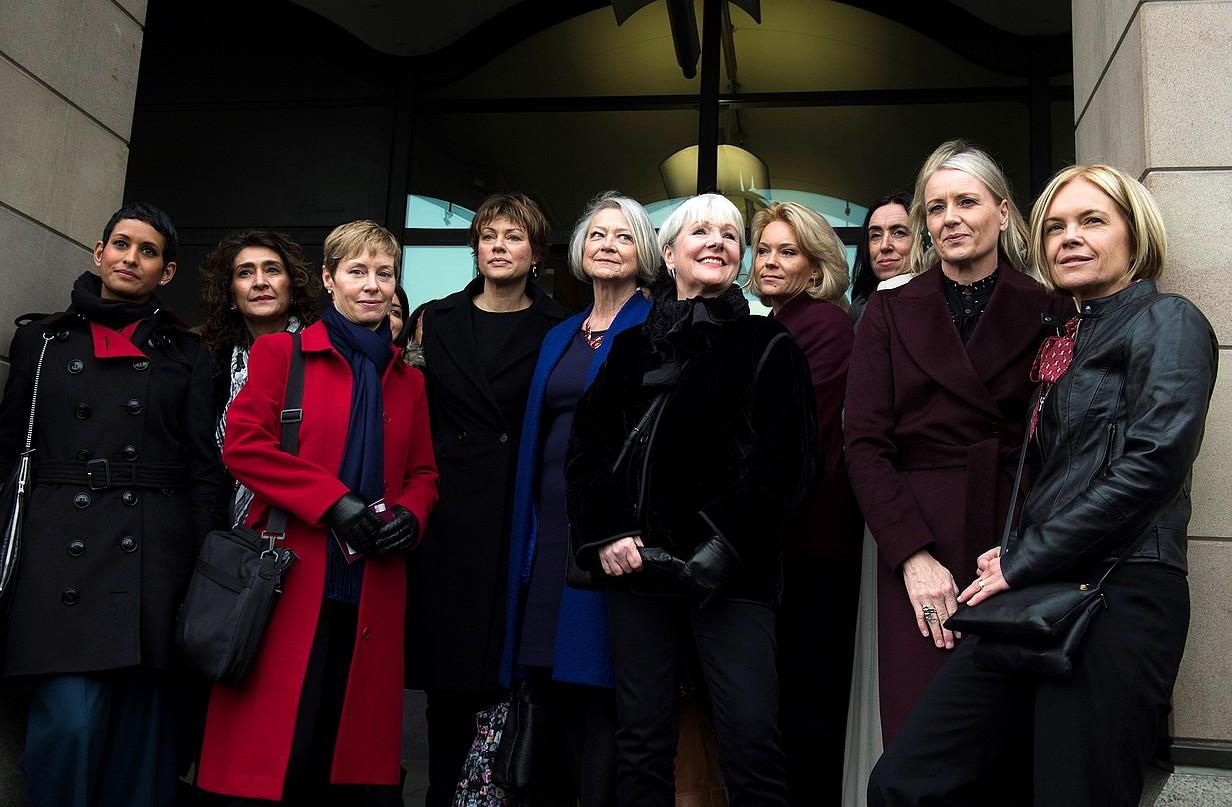 BBCko emakume aurkezle eta aurkezle ohiak, asteazkenean, Carrie Gracie kazetariari sostengua emateko agerraldian.