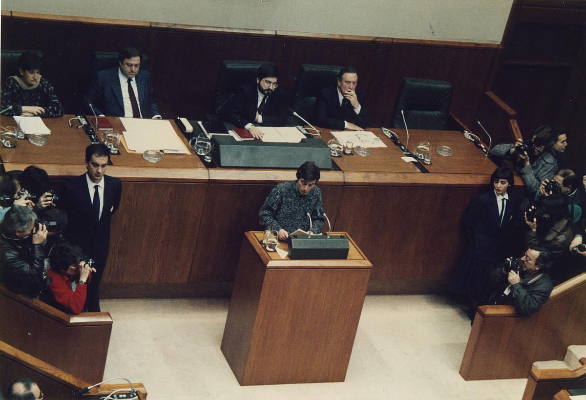 Juan Carlos Ioldi —erdian—, 1987ko otsailaren 26an, Gasteizen, Eusko Legebiltzarrean lehendakarigai gisa hitzaldia egiten, inbestidura saioan. ©BERRIA