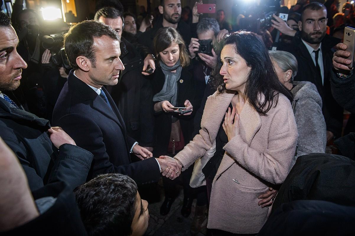 Emmanuel Macron Frantziako presidentea, atzo, Yvan Colonna kartzelatutako militante independentista korsikarraren emaztearekin.