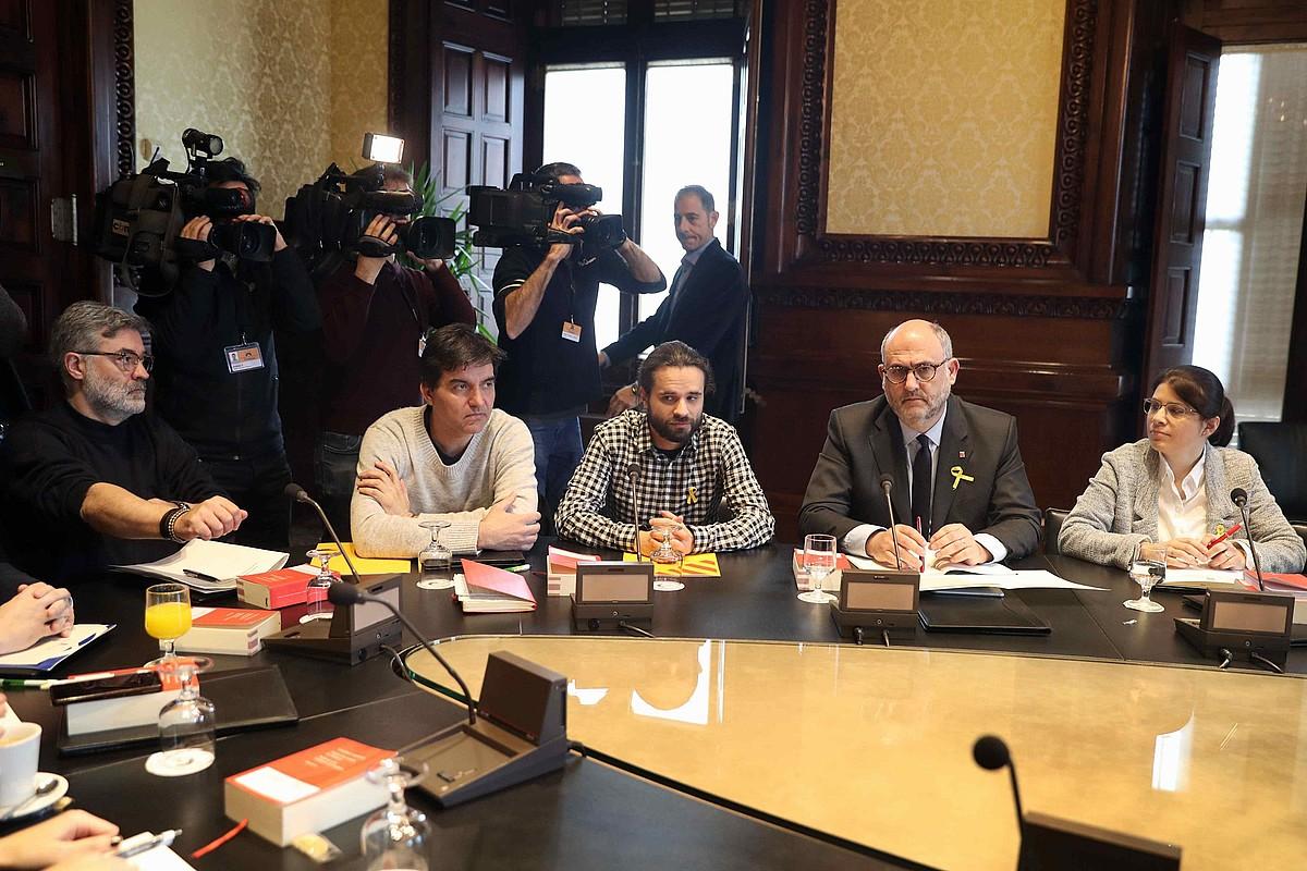 Riera (CUP), Sabria eta Gomez del Moral (ERC), eta Pujol eta Geis (JxC), atzo Kataluniako Parlamentuan, bozeramaileen bilera hasi aurretik.