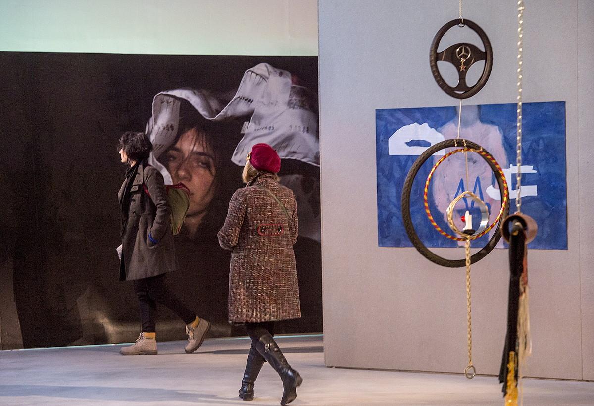 Bi emakume <i>Bi dos two</i> erakusketako piezei begira, Bilboko Azkuna Zentroan, atzoko irekiera ekitaldiaren ostean. &copy;MARISOL RAMIREZ / ARGAZKI PRESS
