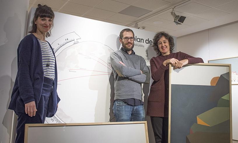 Ezker eskuin, Ane Zaldibar, Ramon Anaia eta Nerea Urrestarazu, erakusketako lanen artean. ©JUAN CARLOS RUIZ / ARGAZKI PRESS