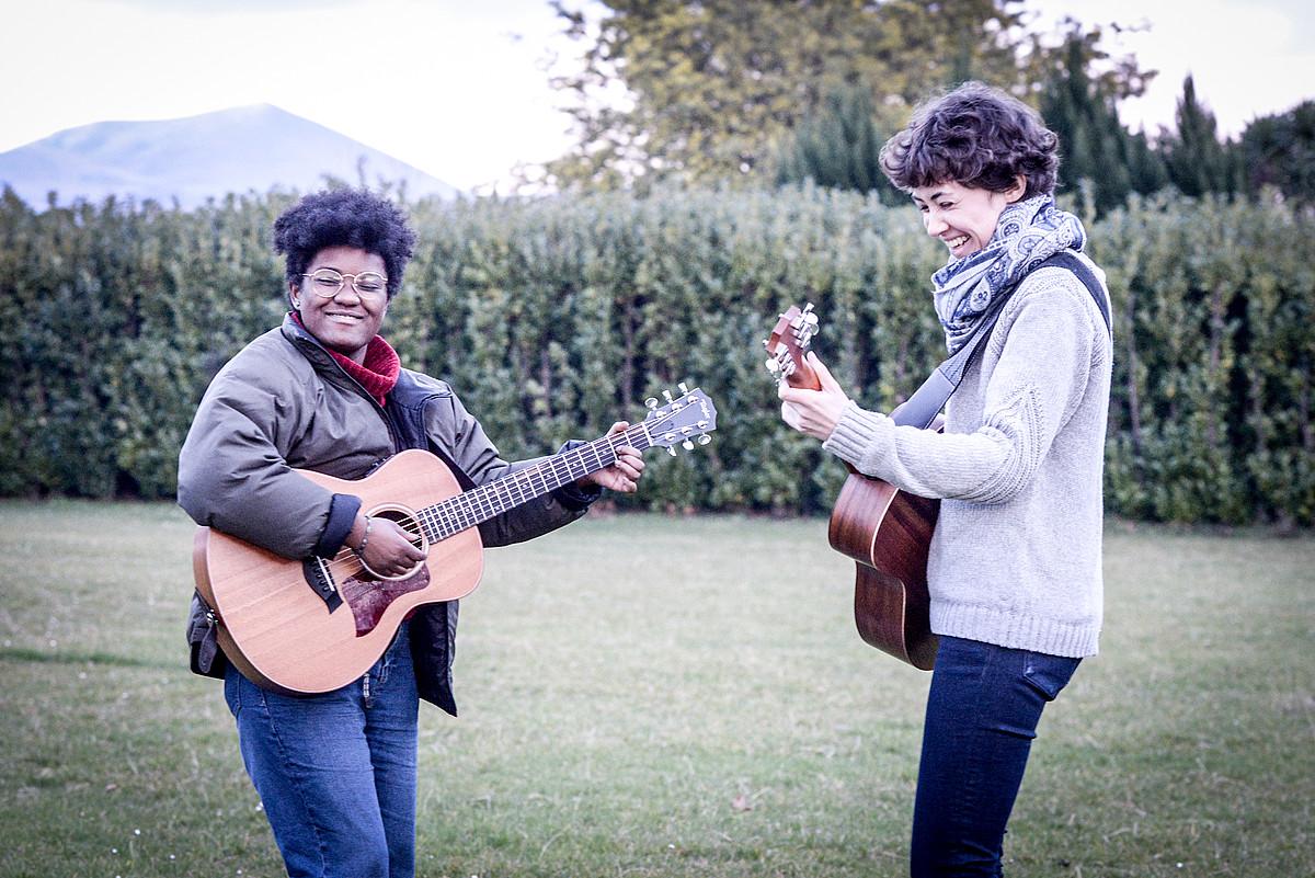 Ezkerretik eskuinera, Juliette Alfonso eta Pauline Junquet, Itsasun; bertan bizi da Alfonso. ©ISABELLE MIQUELESTORENA