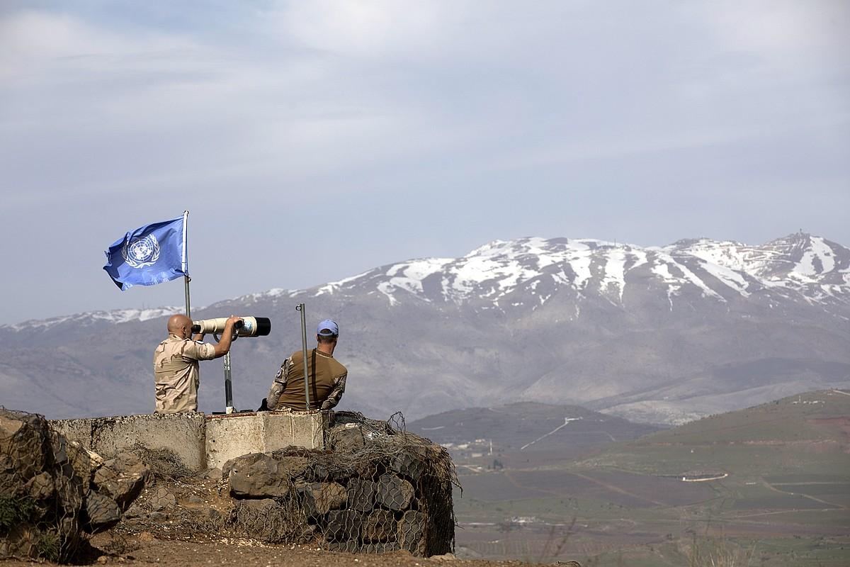 NBEko soldaduak, atzo, Golanen. Siriako hego-mendebaldeko ordokiaren zati bat okupatu zuen Israelek. ©ATEF SAFADI / EFE