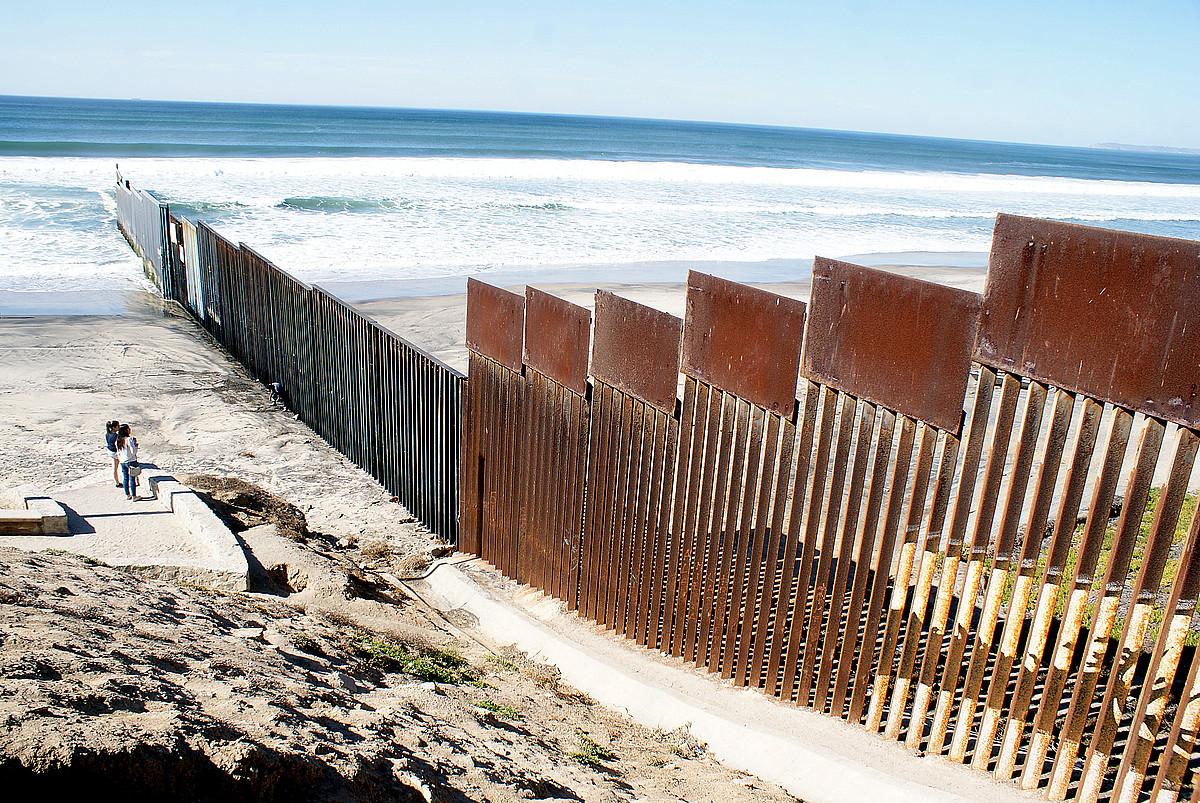Mexikoren eta AEBen arteko harresia, Tijuana eta San Diego hiriak banatzen dituena. Bi herrialdeen arteko mugaren herena dago hesitua.