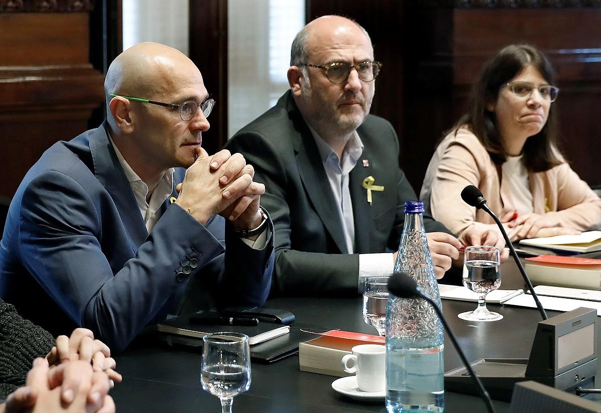 Raul Romeva ERCko diputatua eta Eduard Pujol eta Gemma Geis JxCkoak, pasa den urtarrilaren 25ean parlamentuan egindako bilera batean. ©ANDREU DALMAU / EFE