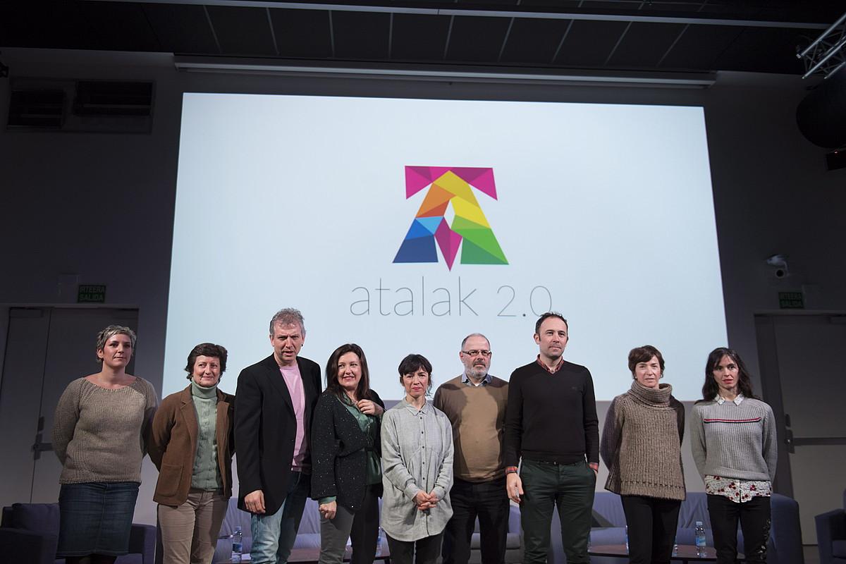 Atalak 2.0 programako kideak, antolatzaileak eta Matxalen Bilbao eta Carmen Larraz koreografoak, atzo Donostiako Tabakaleran.