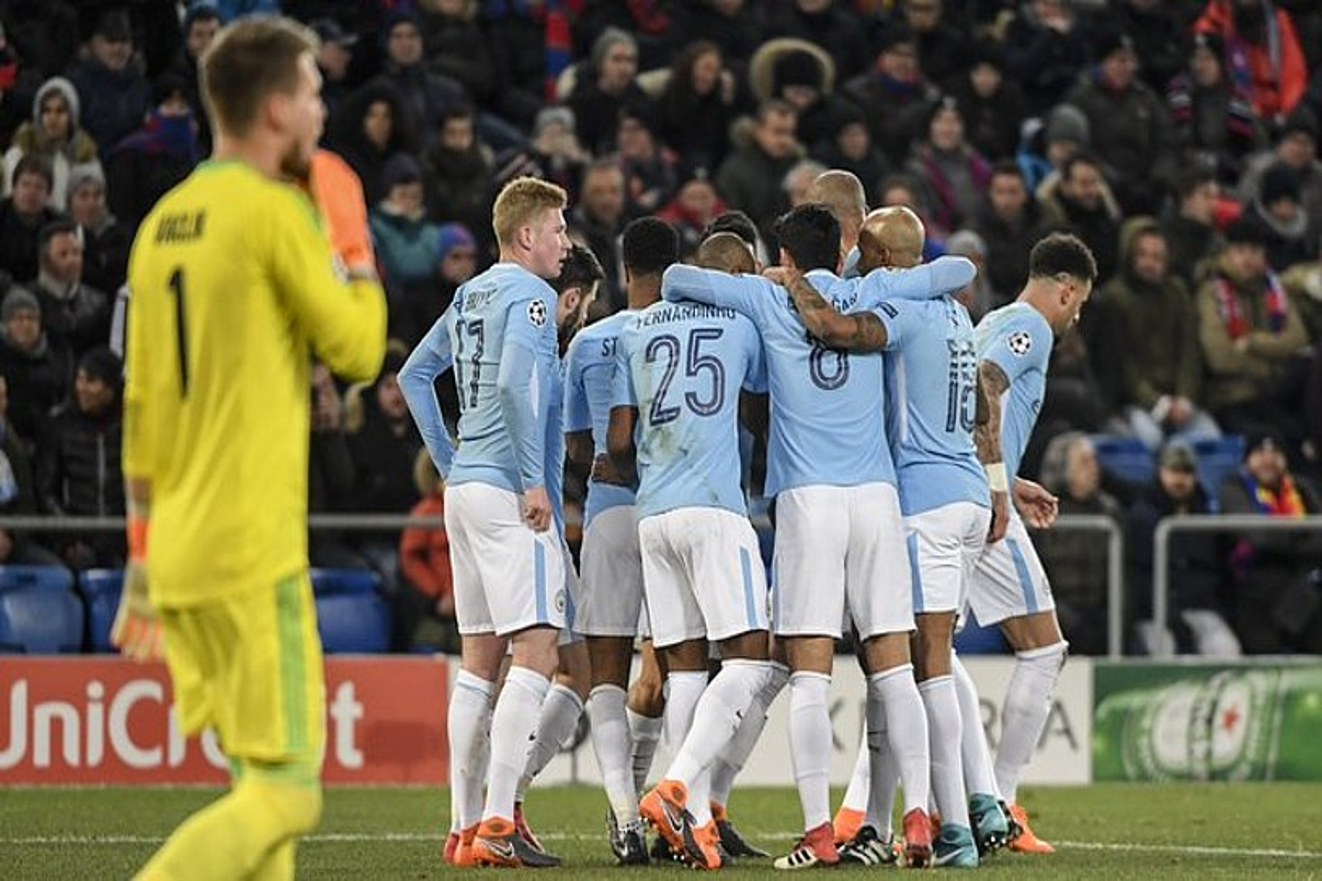 Manchester Cityko jokalariak gol bat ospatzen, atzoko partidan.