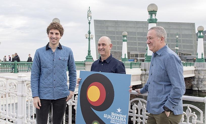 Jose Luis Lanzagorta kartelaren egilea (erdian), Jon Insausti Donostiako Kultura zinegotziarekin eta Miguel Martin jaialdiko zuzendariarekin.